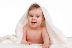Pequeño niño asombroso en la manta del bebé Fotos de archivo