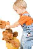 Pequeño niño con el oso y la bola Fotografía de archivo libre de regalías