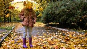 Pequeño niño con el paraguas metrajes