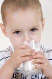 Pequeño niño con el vidrio de leche Imagen de archivo libre de regalías