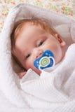 Pequeño niño con insignia del maniquí y del dreamstime en ella Fotos de archivo