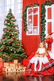 Pequeño niño con un regalo Año Nuevo del concepto, Feliz Navidad, HOL Fotos de archivo libres de regalías