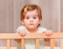 Pequeño niño con una horquilla que se coloca en pesebre Imagen de archivo libre de regalías