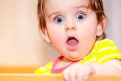 Pequeño niño con una horquilla que se coloca en pesebre Imagenes de archivo