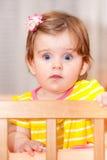 Pequeño niño con una horquilla que se coloca en pesebre Imágenes de archivo libres de regalías