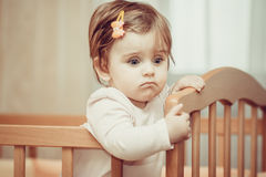 Pequeño niño con una horquilla que se coloca en pesebre Foto de archivo libre de regalías