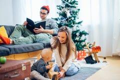 Pequeño niño de la madre y del bebé que juega en el invierno para los días de fiesta de la Navidad Fotos de archivo
