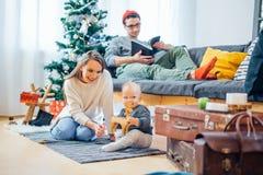 Pequeño niño de la madre y del bebé que juega en el invierno para los días de fiesta de la Navidad Fotografía de archivo