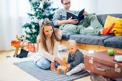 Pequeño niño de la madre y del bebé que juega en el invierno para los días de fiesta de la Navidad Imagen de archivo libre de regalías