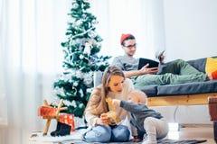 Pequeño niño de la madre y del bebé que juega en el invierno para los días de fiesta de la Navidad Foto de archivo libre de regalías