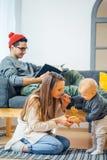 Pequeño niño de la madre y del bebé que juega en el invierno para los días de fiesta de la Navidad Imagen de archivo