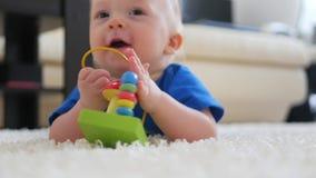 Pequeño niño divertido que juega con los juguetes por el hogar almacen de video