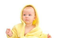 Pequeño niño en capo motor amarillo Fotografía de archivo libre de regalías
