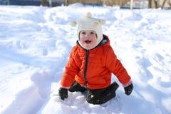Pequeño niño en chaqueta anaranjada en invierno Foto de archivo