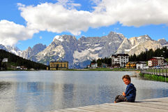 Pequeño niño en el lago Misurina Fotografía de archivo