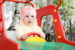 Pequeño niño en el oscilación Foto de archivo libre de regalías