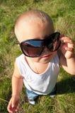 Pequeño niño en gafas de sol Fotos de archivo