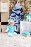 Pequeño niño en interior de la Navidad en azul fotografía de archivo libre de regalías