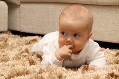 Pequeño niño en la alfombra Imagenes de archivo