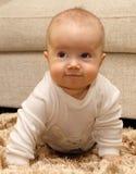 Pequeño niño en la alfombra Foto de archivo libre de regalías