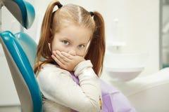 Pequeño niño en la oficina del dentista en silla cómoda fotografía de archivo libre de regalías