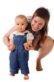 Pequeño niño en pantalones vaqueros con la mama imagenes de archivo