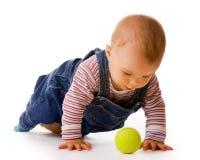Pequeño niño en pantalones vaqueros con la pelota de tenis Fotos de archivo libres de regalías