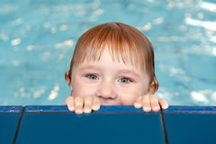 Pequeño niño en piscina Imagen de archivo libre de regalías