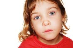 Pequeño niño en un estudio rojo de la fotografía de la camiseta Imágenes de archivo libres de regalías