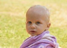 Pequeño niño en una toalla fotografía de archivo libre de regalías