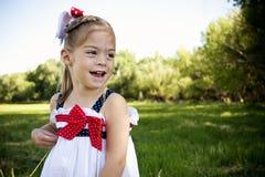 Pequeño niño feliz al aire libre imágenes de archivo libres de regalías
