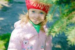Pequeño niño feliz, bebé que ríe y que juega en la primavera Fotos de archivo libres de regalías