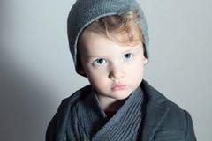 Pequeño niño hermoso de moda de Boy.Stylish. Niños de la moda. en traje, suéter y casquillo Fotografía de archivo libre de regalías
