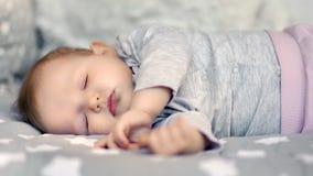 Pequeño niño lindo de la dulzura que disfruta de dormir en tiro medio acogedor de la cama en casa almacen de video