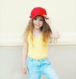 Pequeño niño lindo elegante de la muchacha que lleva un casquillo Fotos de archivo libres de regalías