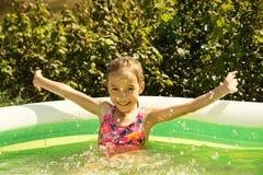 Pequeño niño lindo en piscina Verano al aire libre Foto de archivo