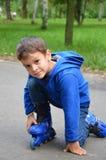 Pequeño niño lindo, muchacho, patinando en el parque, primavera foto de archivo libre de regalías