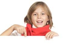 Pequeño niño lindo una tarjeta blanca Imágenes de archivo libres de regalías