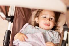 Pequeño niño o bebé que miente en cochecito al aire libre Foto de archivo