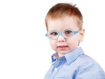 Pequeño niño positivo con los vidrios Foto de archivo libre de regalías
