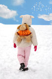 Pequeño niño que entra solamente en invierno afuera imagen de archivo