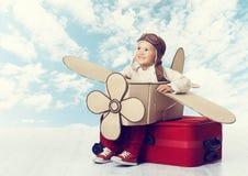 Pequeño niño que juega al piloto del aeroplano, vuelo del viajero del niño en Avia