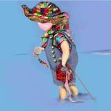 Pequeño niño que juega en el agua que sostiene una perla grande Imagen de archivo