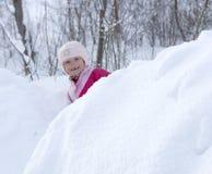Pequeño niño que juega en la nieve Foto de archivo libre de regalías