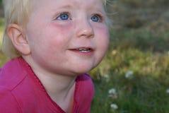Pequeño niño que mira hacia arriba Imagen de archivo libre de regalías