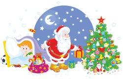 Pequeño niño que mira Papá Noel Foto de archivo libre de regalías