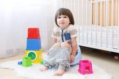 Pequeño niño que se sienta en el potty en casa Fotos de archivo libres de regalías