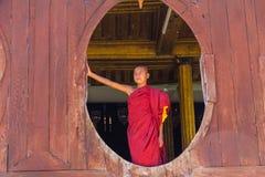 Pequeño novato, Shwe Yan Pyay Monastery, Nyaung Shwe en Myanm fotografía de archivo