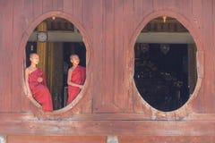 Pequeño novato, Shwe Yan Pyay Monastery, Nyaung Shwe en Myanm imagen de archivo