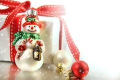 Pequeño ornamento de la Navidad con el regalo Foto de archivo libre de regalías